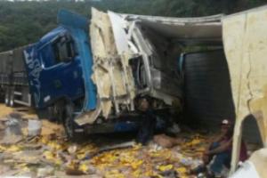 Estradas: 22 pessoas presas após acidente na BR 381. Saqueavam carga