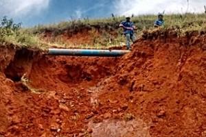 Manhuaçu: Adutora estoura no Bairro Ponte da Aldeia. Fornecimento de água prejudicado