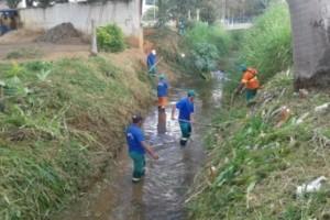 Manhuaçu: SAMAL e Secretaria de Obras realizam limpeza de córrego no Bom Pastor