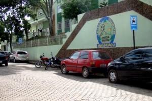 Cidade: Ponto de ônibus vira estacionamento no Centro