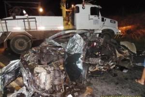 Divino: Acidente entre Gol e carreta dos Correios deixa um morto na BR 116