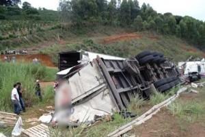 Divino: Motorista de carreta morre em acidente na BR 116
