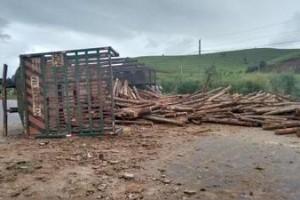 Piedade de Caratinga: Caminhão com carga de eucalipto tomba na BR 116. Uma pessoa ferida