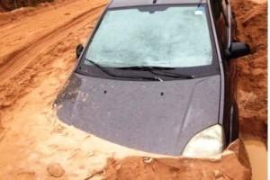 Ipanema: Carro atola e fica quase encoberto por areia na BR 474