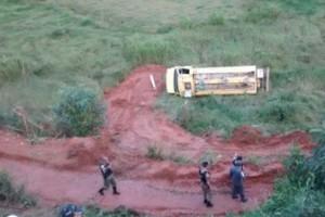 Mutum: Caminhão cai em ribanceira e mata motorista