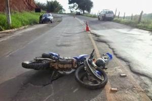 Carangola: Cai de moto e tem arma apreendida