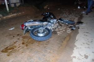 Manhuaçu: Motocicleta bate em carreta. Dois feridos