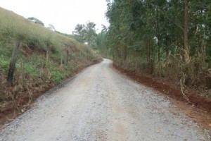 Manhuaçu: Estrada do Barreiro recebe cascalho