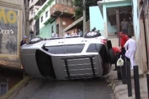 Caratinga: Carro desliza e tomba em morro