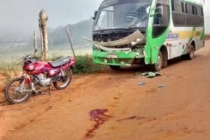 Manhuaçu: Grave acidente no Coqueiro Rural. Motociclista bate em ônibus