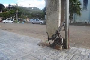 Manhuaçu: Poste danificado gera medo em São Pedro do Avaí