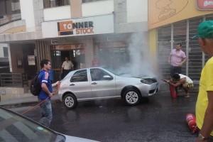 Manhuaçu: Carro começa a pegar fogo no centro