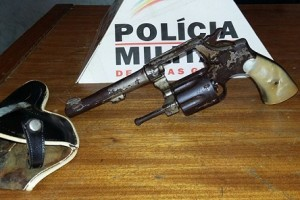 Divino: Ameaça e é preso com arma de fogo