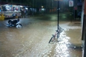 Espera Feliz: Chuva alaga centro da cidade