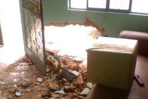 Manhuaçu: Carro bate em parede de casa e motorista foge