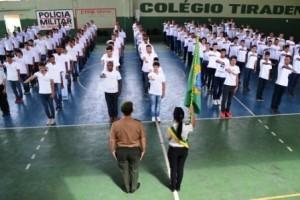 Manhuaçu: Jovens prestam compromisso à bandeira nacional e recebem certificado de reservista