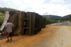 Manhuaçu: Carreta tomba, atinge dois carros e fere várias pessoas na BR 262