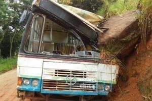 Divino: Cinco feridos após ônibus bater em pedra