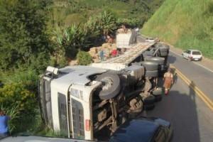 Manhuaçu: Carreta de café tomba na BR 262