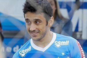 Robinho se destaca em treino no Cruzeiro