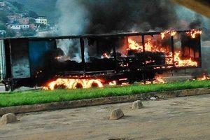 Carretas pegam fogo na região