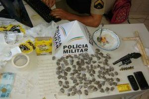 Manhuaçu: PM apreende drogas, arma e dinheiro. 4 pessoas detidas