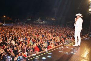 Padre Alessandro Campos faz grande show em Luisburgo. Veja as fotos
