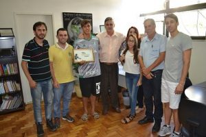 Vice-campeão mundial de futebol é homenageado em Manhuaçu