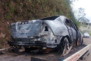 Assalta e coloca fogo no carro da Vítima