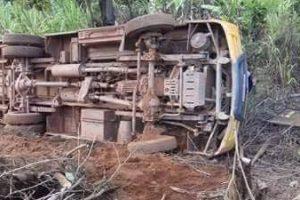 Ônibus escolar tomba em Imbé de Minas