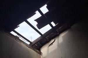 Assassino entra pelo telhado. Vítima leva 19 facadas