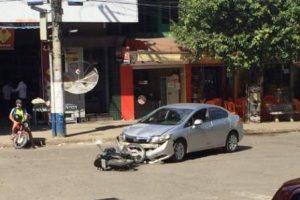 Colisão entre carro e motocicleta no Coqueiro