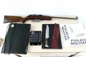 PM recupera objetos furtados e apreende rifle