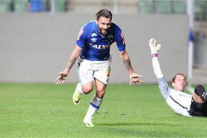 Cruzeiro goleia o Internacional com 3 gols de Sóbis