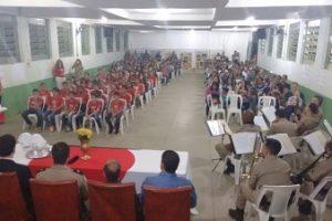 Banda da PM se apresenta na formatura do PROERD em Abre Campo