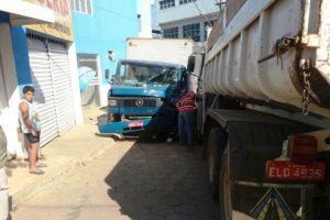 Duas pessoas se ferem em acidente envolvendo três veículos na Vilanova