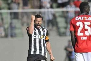 Atlético vence e segue na cola do Palmeiras