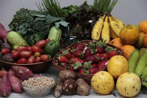 Comer frutas e legumes todos os dias ajuda a ser mais feliz, diz estudo