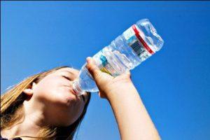 Garrafinha de plástico tem mais germes do que pote de água para cachorro