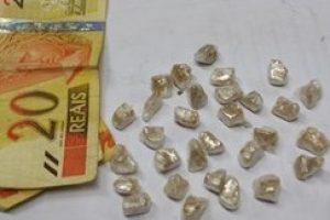 Manhuaçu: Menor é apreendido com 24 pedras de Crack na boca