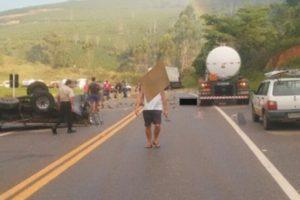 Caminhonete bate de frente em caminhão na BR 262. Uma vítima fatal
