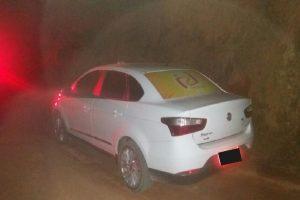 Táxi roubado é recuperado pela PM e assaltantes são detidos