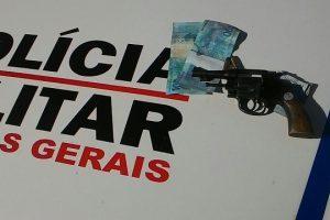 PM apreende moeda falsa e arma de fogo em Manhumirim