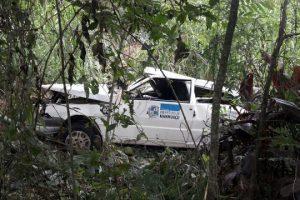 Carro da Prefeitura de Manhuaçu sai da pista na BR 262