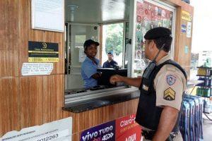 Policiais da 272ª Cia PM distribuem dicas de segurança para os comerciantes