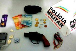 Manhumirim: PM apreende drogas e arma de brinquedo