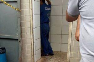 Homem é encontrado morto dentro de banheiro público