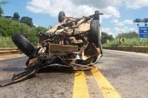Caratinga: Veículo capota na BR 116