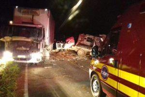 Reduto: Motorista morre em batida de picape Toyota com caminhão na MG 111