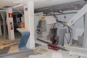 Criminosos explodem caixa eletrônico de banco em Divino